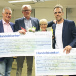 Roddförbundets ombud Jan Cederlund samt ledaren Kickan Brandström tar emot stipendier från Städa Sveriges ordförande Bengt Jönsson och VD Mats Wesslén.
