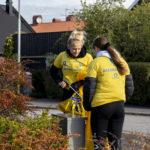 Två tjejer plockar skräp i sin stadsdel under Städa Norrköping 2018.