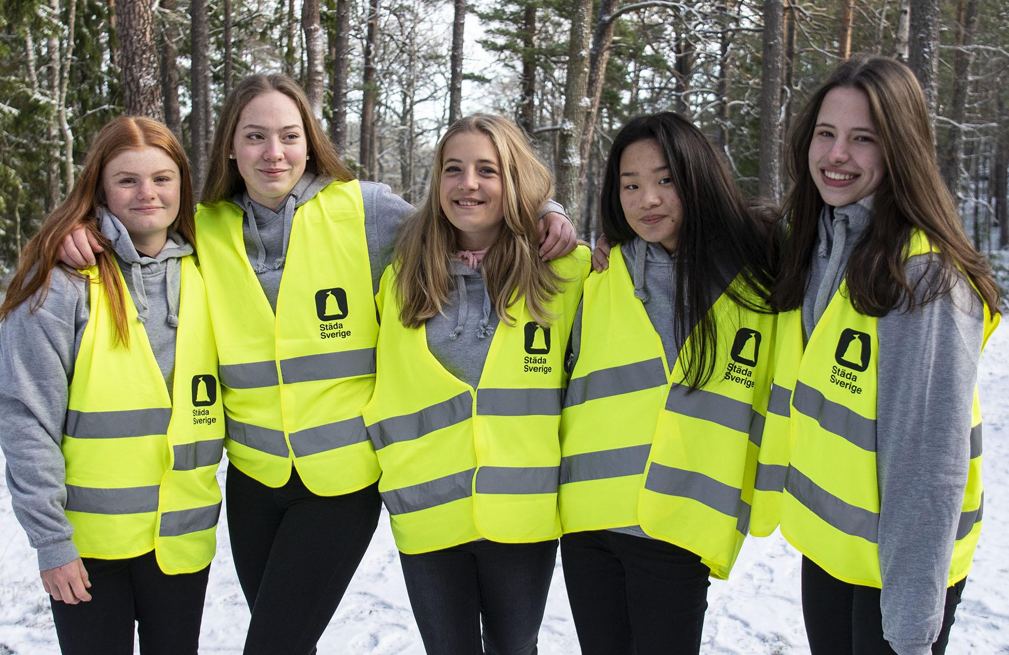 Fem glada tjejer från Nacka Gymnastikförening i Städa Sverige-västar.