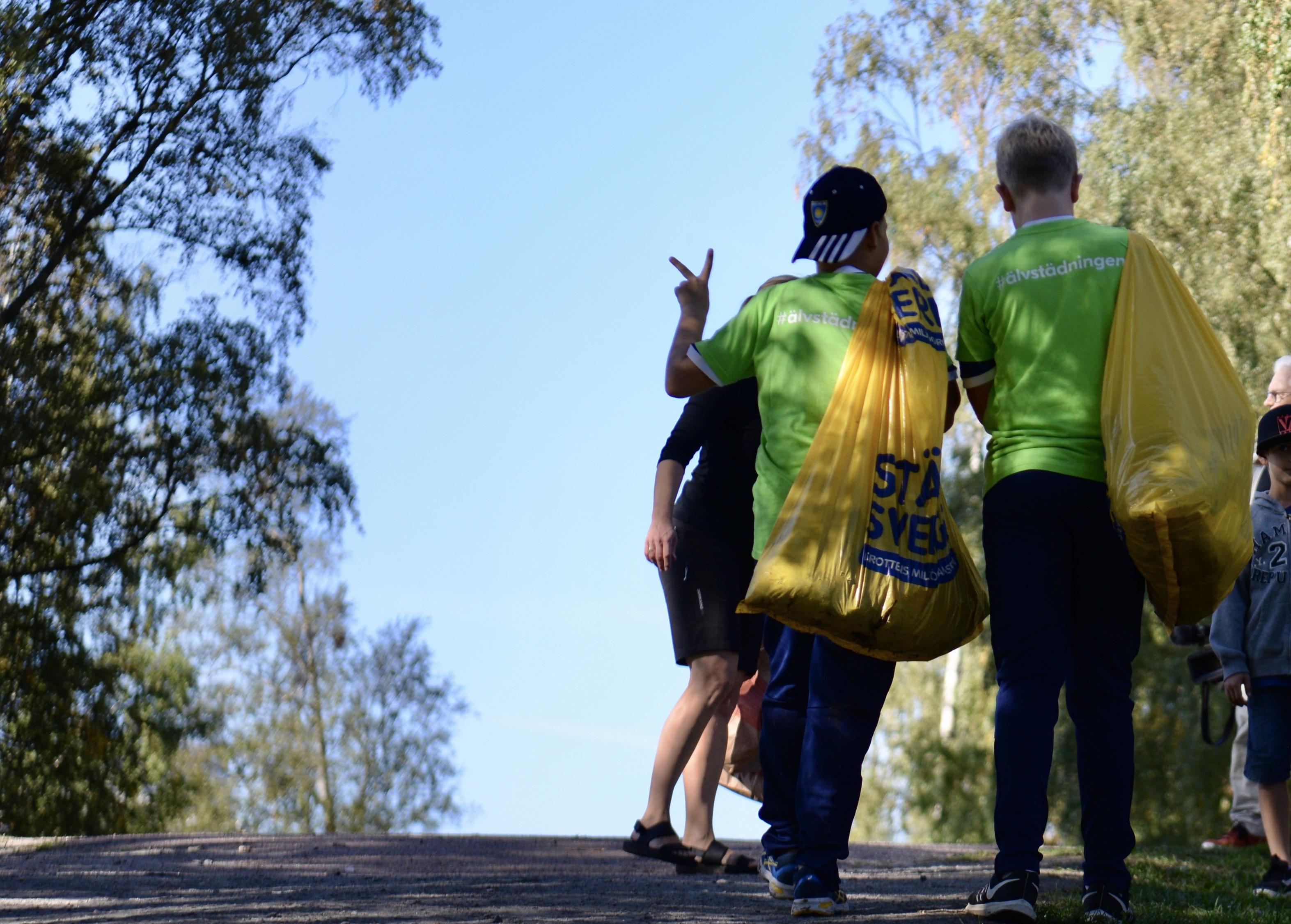 Älvstädande ungdomar letar mikroplast.