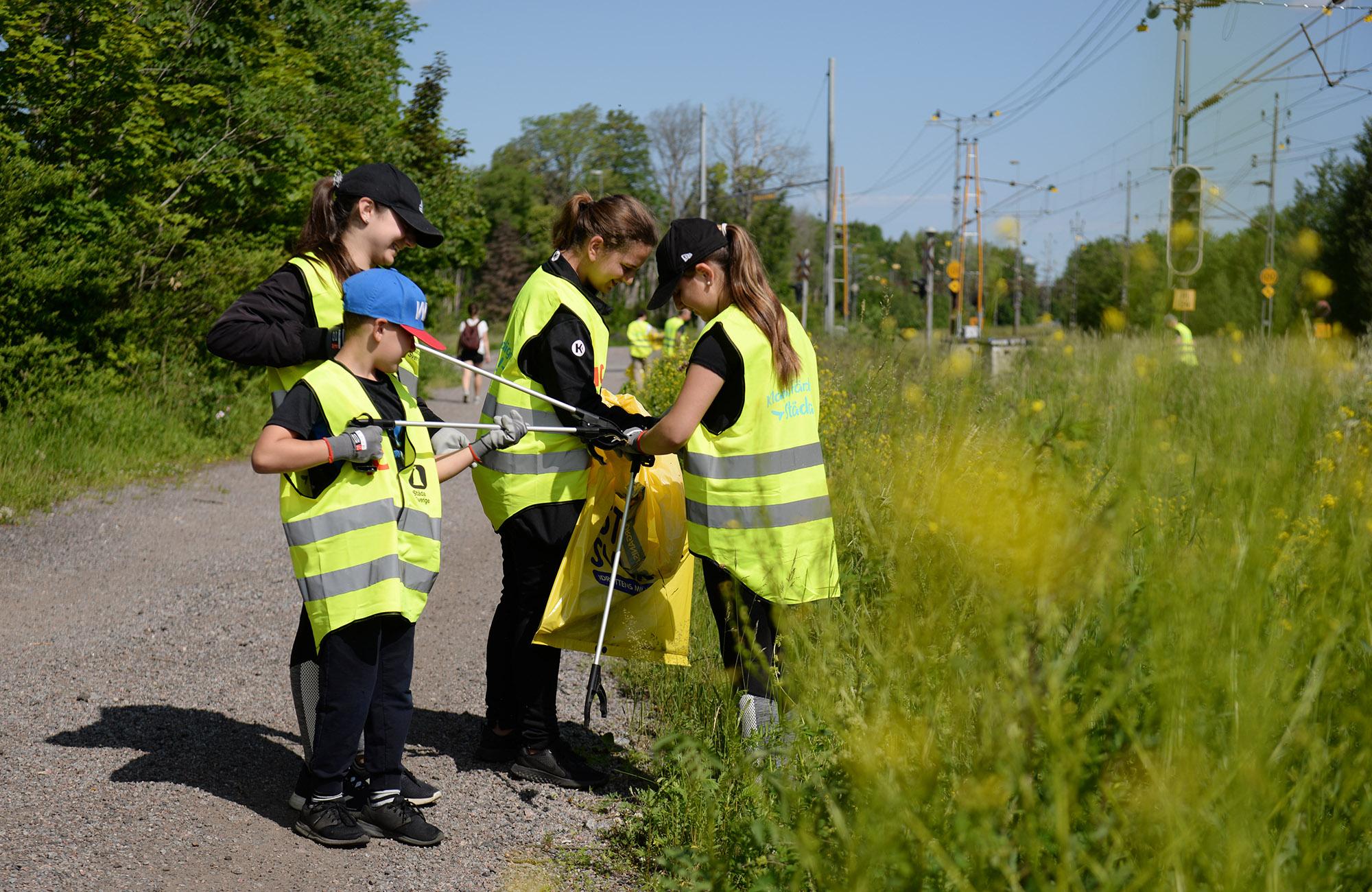 ICA och idrottande ungdomar i nationell miljöinsats med Städa Sverige
