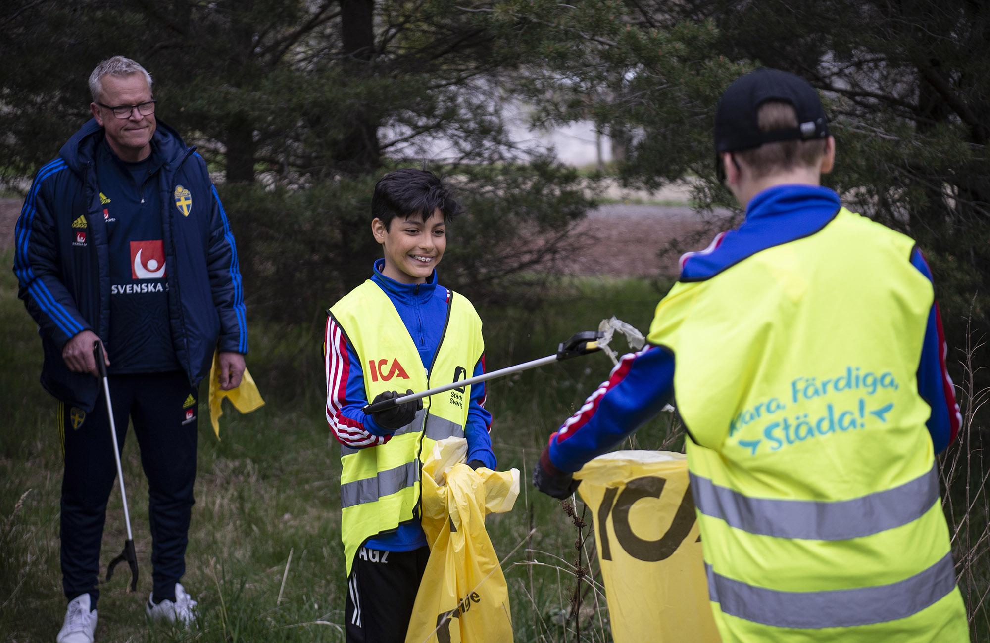 Tillsammans på 44 orter när ICA och idrottsungdomar städar Sverige igen