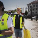 Städa Sverige-deltagare med gul säck med skräp.