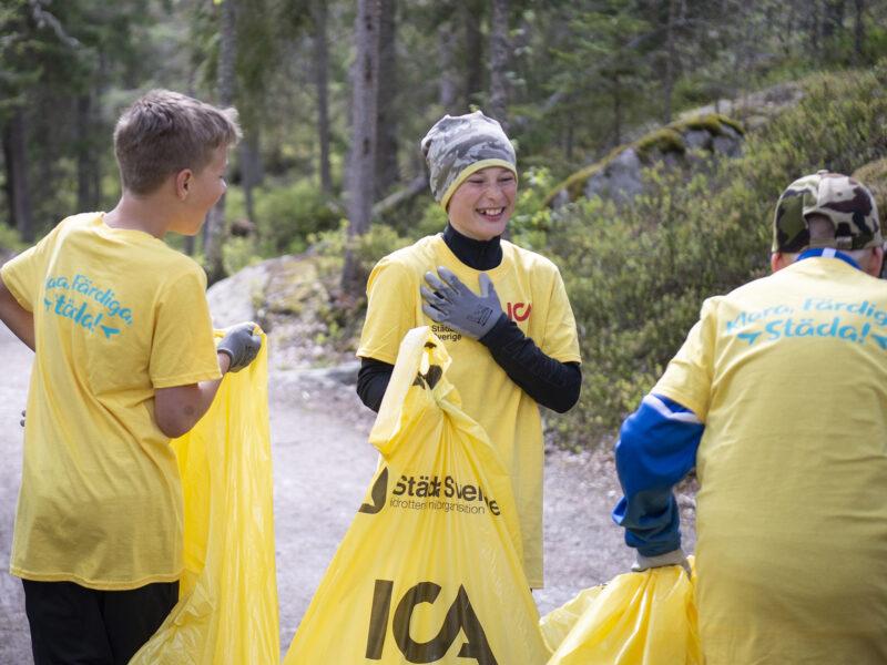 Idrottsföreningar och ICA gör rent i skräpiga närmiljöer