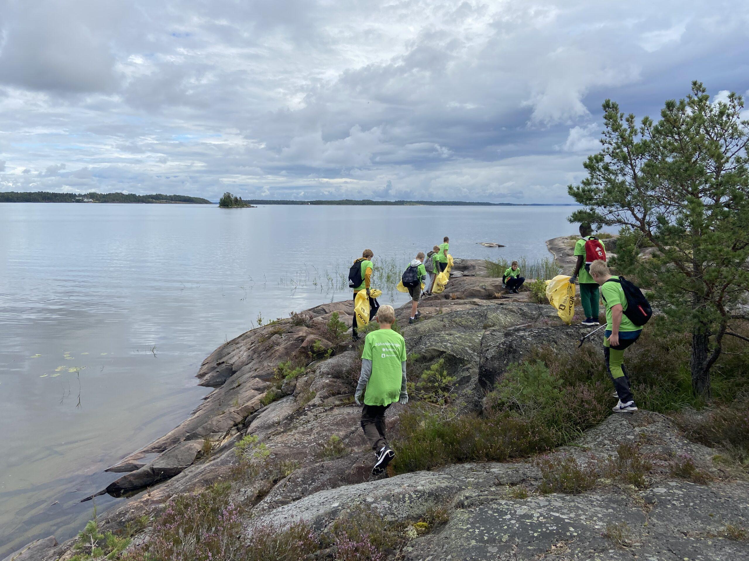 Rekordmånga idrottsungdomar städar svenska älvar efter ökad nedskräpning